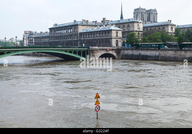 Paris, France. 06th June, 2016. Flood decrease, decrue de la Seine, île de la cité, Hôtel Dieu, Notre - Stock Image