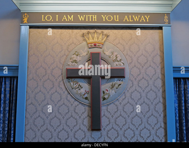 Lo I am with You Always,Cross at Canongate Kirk, Royal Mile, Edinburgh Old Town, Scotland, UK - Stock Image