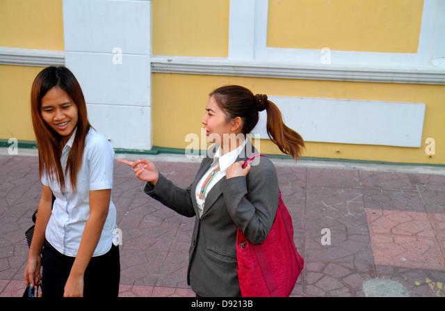 Thailand Bangkok Phra Nakhon Thai Wang Road Asian woman friends pointing with hand - Stock Image