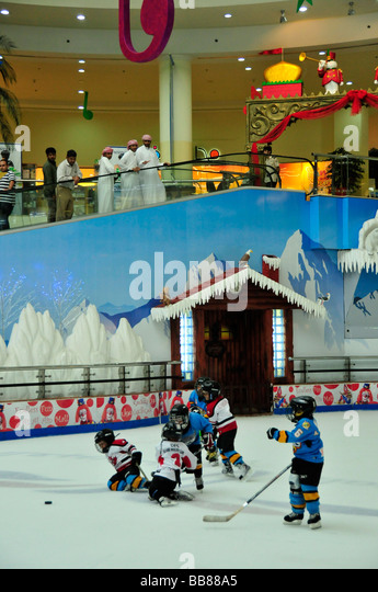 Children playing ice-hockey on the ice rink of the Al-Ain-Mall, Al Ain, Abu Dhabi, United Arab Emirates, Arabia, - Stock Image