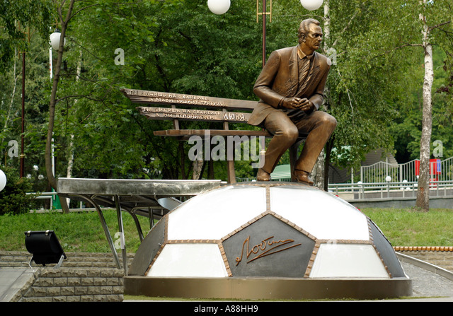 ukraine-kiev-29062003-a-monument-to-valery-lobanovsky-in-front-of-a88hh9.jpg