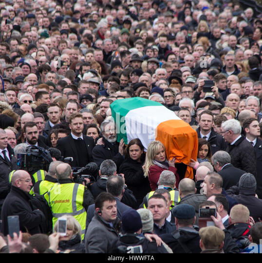 Derry, UK 23 March 2017. Gerry Adams and Michelle O'Neill carry the coffin of Martin McGuinness through the - Stock Image