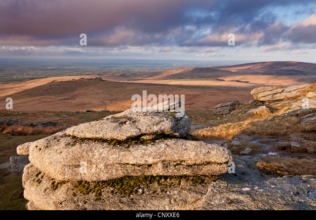 Looking south from Yes Tor towards West Mill Tor, Dartmoor, Devon, England. Spring (April) 2012. - Stock-Bilder