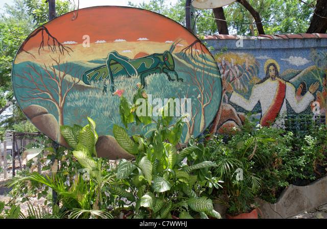 Managua Nicaragua Barrio Willian Diaz El Grillo Bar Restaurant business garden patio wall mural art foliage plants - Stock Image