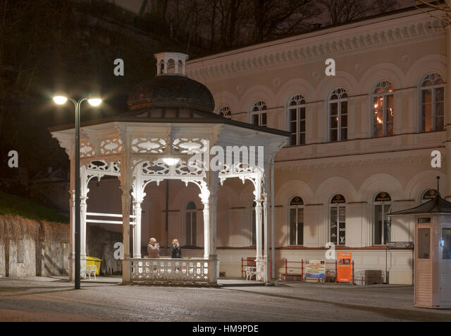 KARLOVY VARY, CZECH REPUBLIC - NOVEMBER 14: People drink water from natural healing source Pramen Svoboda hot spring - Stock-Bilder