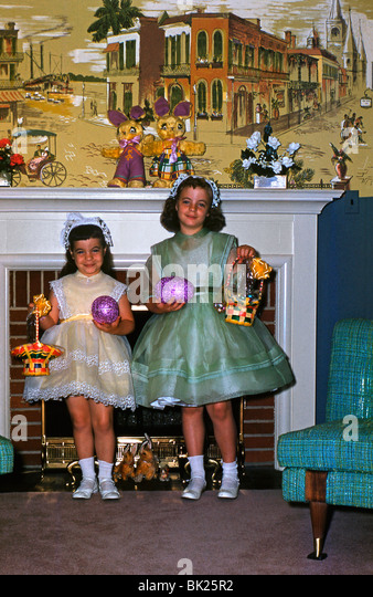 Two American girls pose with their Easter eggs in the 1950s - Stock Image