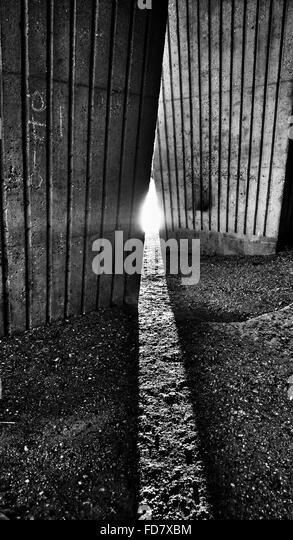 Sunlight Falling Amidst Wall - Stock-Bilder