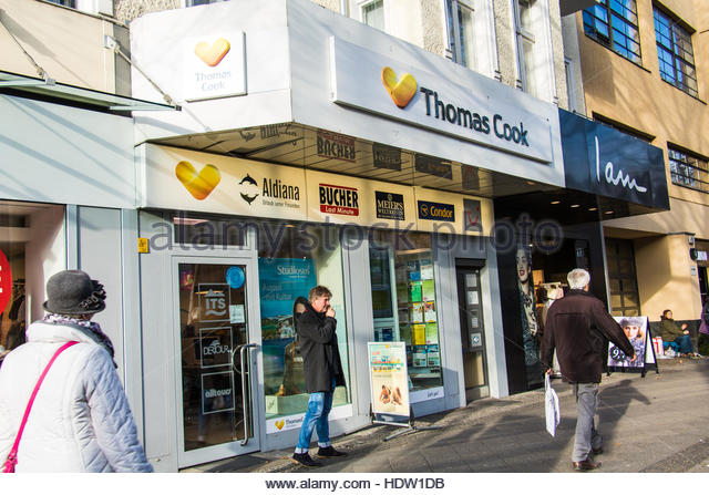 Thomas Cook, Travel Agent, Shop in Berlin, Germany, display window and entrance, people walking on street, everyday - Stock-Bilder