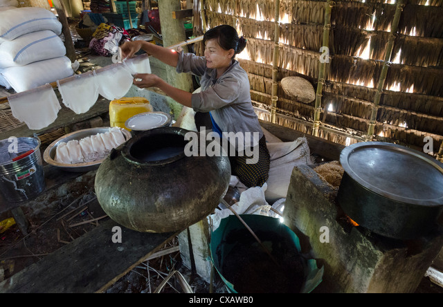 Young woman peparing rice noodles at home, Yae Saing Kone village, Irrawaddy Delta, Myanmar (Burma), Asia - Stock-Bilder