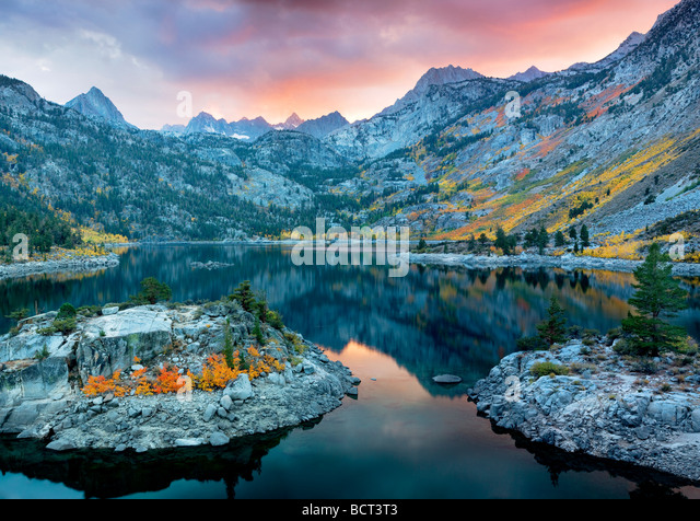 Lake Sabrina at sunset with fall colored aspens Inyo National Forest California - Stock-Bilder