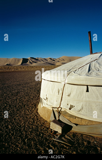 Mongolian Ger at the sand dunes of Khongoryn Els in the Gobi desert in Outer Mongolia. - Stock-Bilder