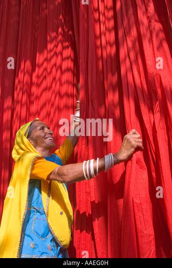 Woman dyring cloth at local fabric printing factory, Rajasthan, India MR - Stock-Bilder