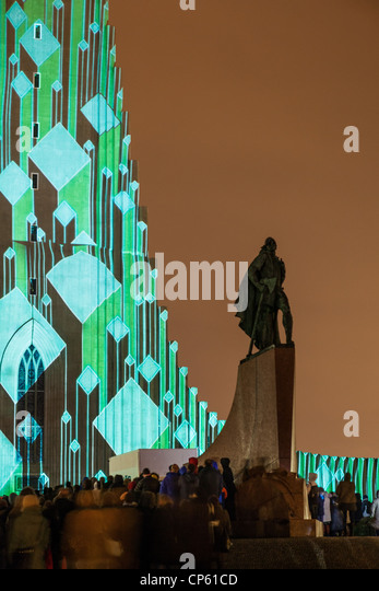Laser light show on Hallgrimskirkja Church, Reykjavik, IcelandStatue of explorer Leif Eriksson.  Annual winter lights - Stock Image