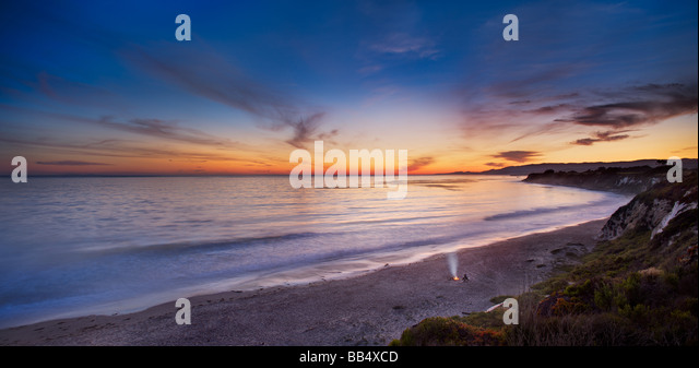 Couple on beach by fire, Elwood Mesa Gaviota Coast Goleta California - Stock Image