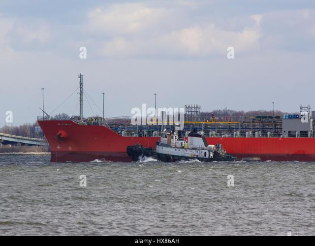 Tug assisting tanker near Baltimore on Chesapeake Bay, approaching Francis Scott Key Bridge (I-695) - Stock Image