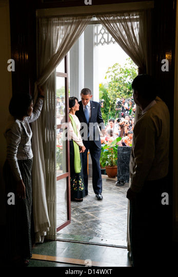 US President Barack Obama walks with Burmese Opposition Leader Aung San Suu Kyi following their statements to the - Stock-Bilder