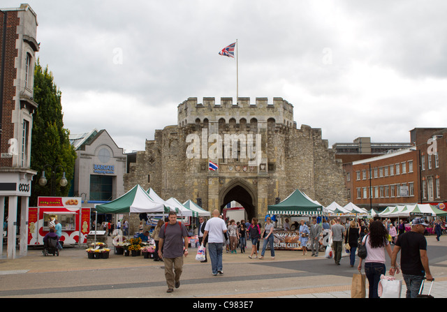 SOUTHAMPTON, UK - AUG 13: Crowd in pedestrian area of Southampton with historical Bargate in the background. - Stock-Bilder