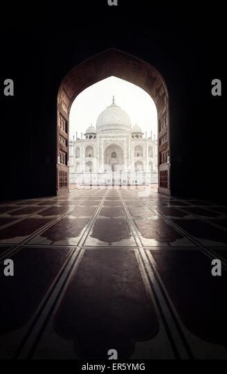 Taj Mahal view in black arch silhouette from the mosque in Agra, Uttar Pradesh, India - Stock-Bilder