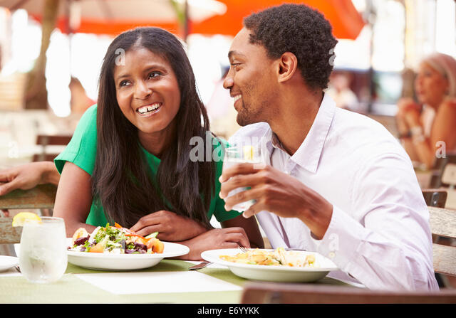 Couple Enjoying Lunch In Outdoor Restaurant - Stock-Bilder