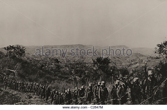 The Belgian Army walks in a single file line through the Congo. - Stock-Bilder