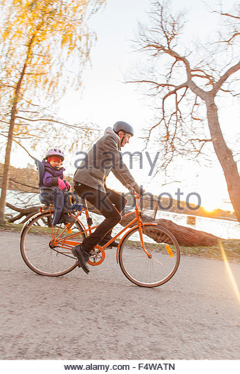 Sweden, Stockholm, Sodermalm, Cyclist with daughter (2-3) riding bicycle - Stock Image