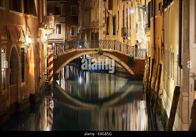 Venice bridge and canal at night - Stock-Bilder