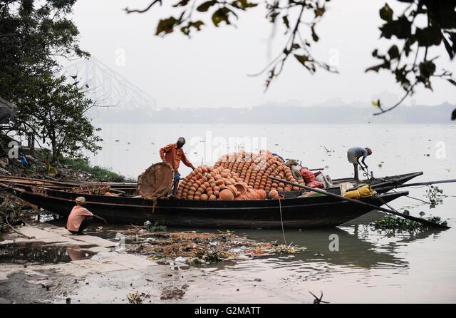 INDIA Westbengal, Kolkata, boat transport on Hooghli river, clay pots/ INDIEN, Westbengalen, Kolkata, Boot transport - Stock-Bilder
