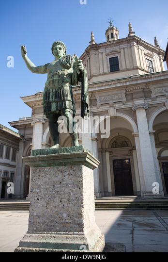 Statua di Costantino, Colonne di San Lorenzo, located in front of the Basilica of San Lorenzo Maggiore, Milan, Italy - Stock Image
