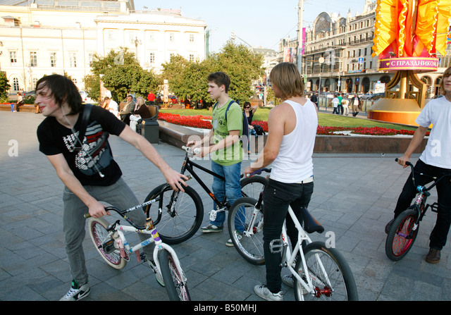 Sep 2008 - Young people on bicycle Moscow Russia - Stock-Bilder