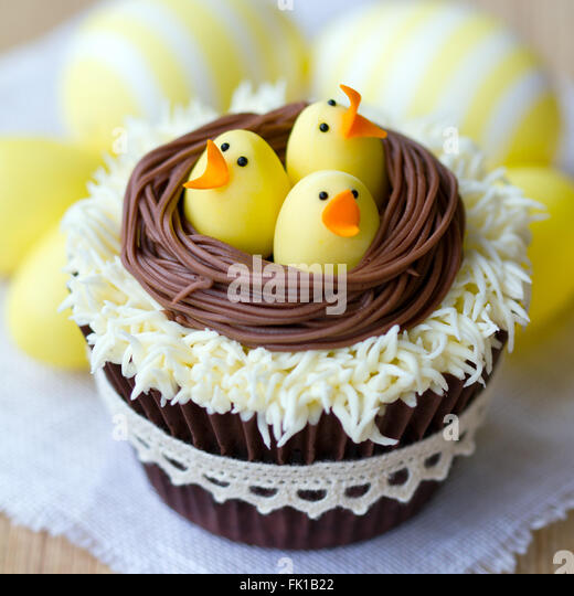 Cupcakes decorated with fondant Easter chicks - Stock Image