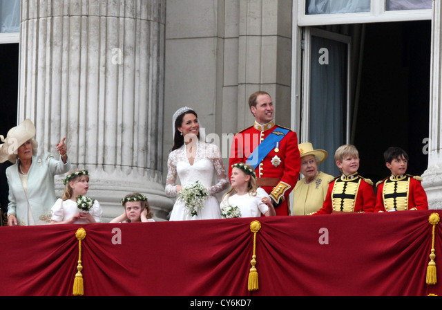 Buckingham palace balcony queen stock photos buckingham for Queens wedding balcony