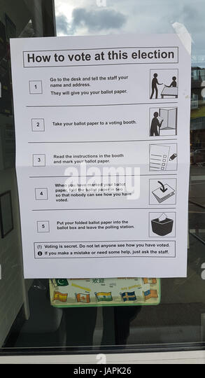 London, UK. 8th June, 2017A how to vote guide posted at a Polling station entrance in Newham ahead of the United - Stock Image