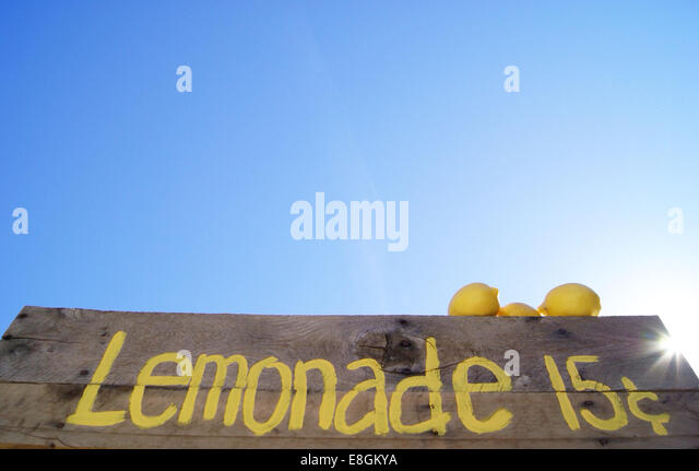 Lemonade stand sign with fresh lemons - Stock Image