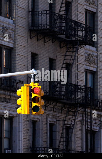 Traffic light and typical buildings in the district of Harlem, New York, United States of America - Stock-Bilder