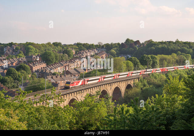 Virgin Intercity 225 express train crosses Durham rail viaduct, England, UK - Stock-Bilder