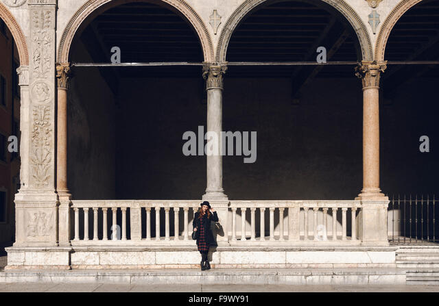 Italy, Verona, young woman in front of an ancient building - Stock-Bilder