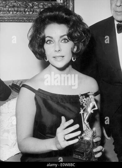Actress Elizabeth Taylor with award - Stock-Bilder