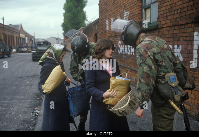 Belfast The Troubles. 1980s. British soldiers stop and search woman and daughter. HOMER SYKES - Stock-Bilder