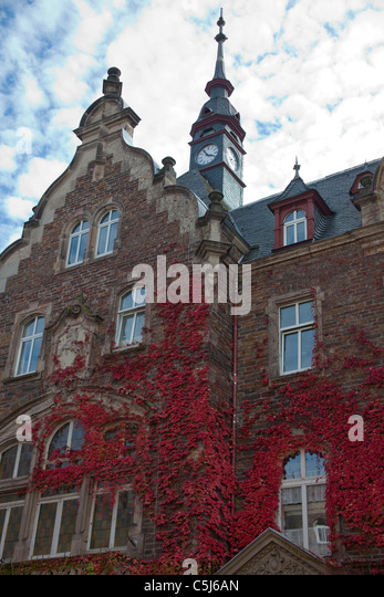 Rathaus in Herbstfarben, Massivbau von Ferdinand Nebel, Klassizismus, Mosel, Town hall, slated roofs, autumn colours, - Stock-Bilder