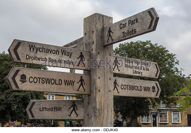 footpath-and-walking-signpost-in-broadwa