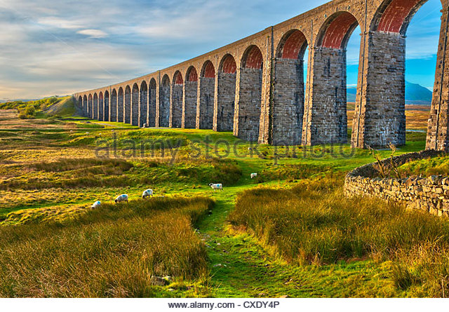 Pen-y-ghent and Ribblehead Viaduct on Settle to Carlisle Railway, Yorkshire Dales National Park, North Yorkshire, - Stock-Bilder