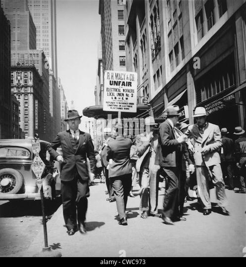 Union men picketing Macy's department store. Sign reads 'R.H. Macy Co. Unfair - Electrical Workers - Local - Stock Image