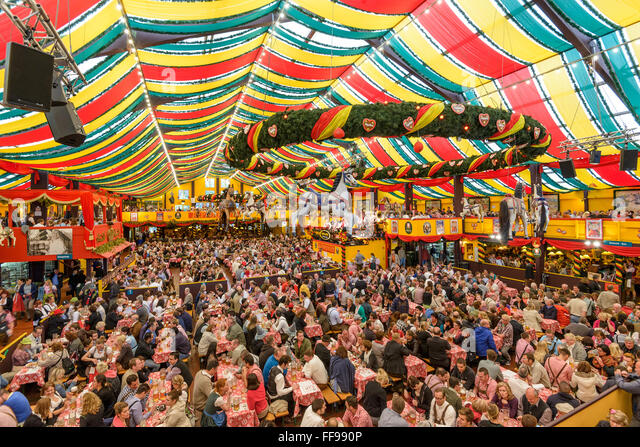 Crowds in the Hippodrom Beer Tent on the Theresienwiese Oktoberfest fair grounds in Munich, Germany. - Stock-Bilder
