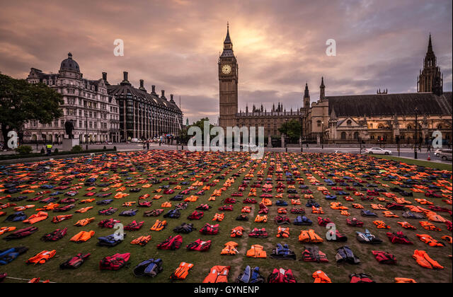 London, UK. 19th September, 2016. ?Lifejacket Graveyard? display by refugees and charities in Parliament Square - Stock-Bilder