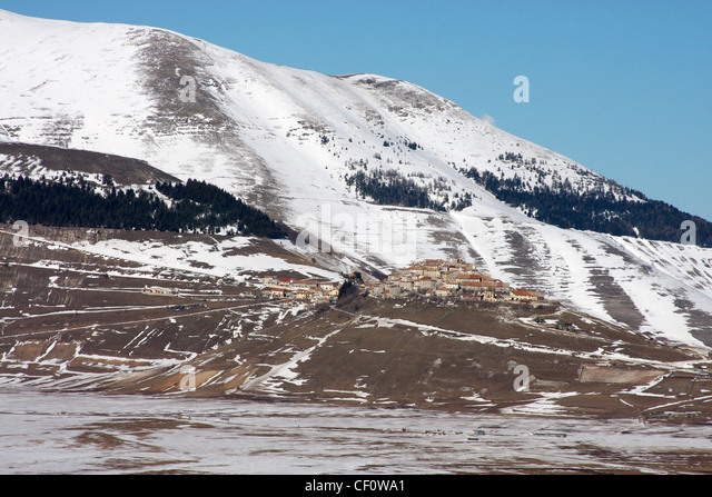 Castelluccio surrounded by the snow covered Apennines above the Piano Grande,Monti Sibillini National Park,Le Marche - Stock Image