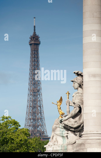 Statue on the Alexandre III Bridge and the Eiffel Tower, Paris, France, Europe - Stock Image