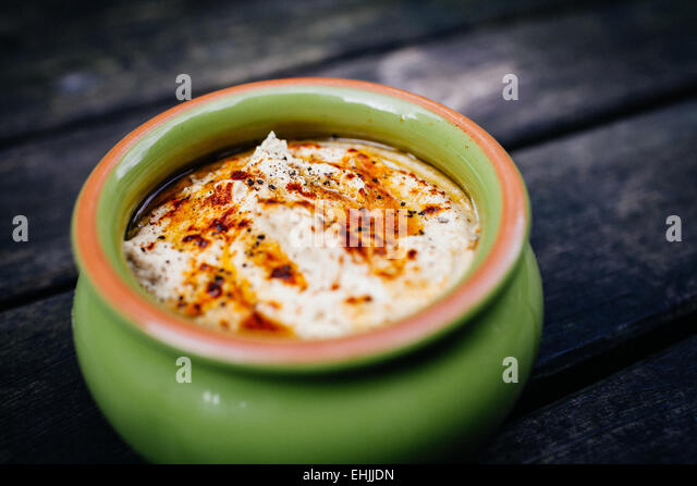 Freshly-made bowl of nutritious hummus. - Stock-Bilder