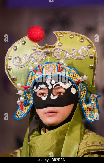 Face-changing actor performs in Sichuan Opera at Shufenyayuan Tea House, Chengdu, Sichuan Province, China - Stock Image