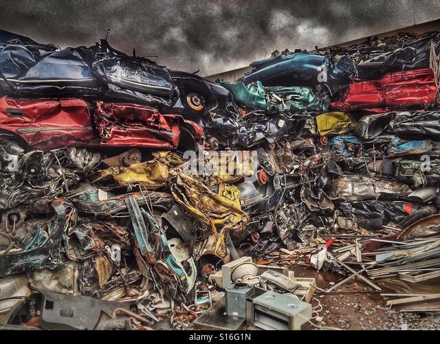 Crushed cars awaiting recycling - Stock-Bilder