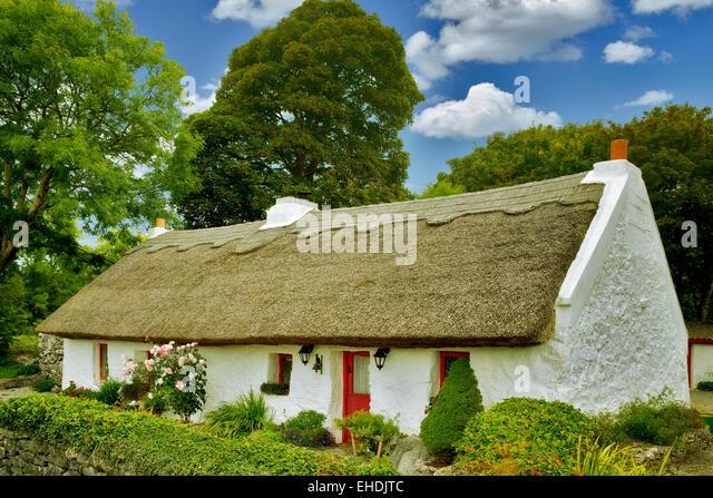 Irish cottage with thatched roof. Oughterard, Ireland - Stock-Bilder